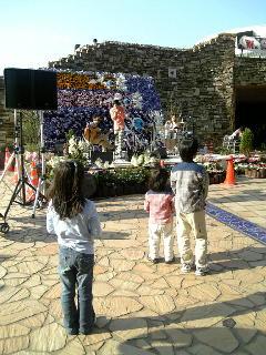 音あそび(マツモニカ+長澤紀仁+仙道さおり)に聴き入る兄と妹、そして少女@晴海トリトンスクエア